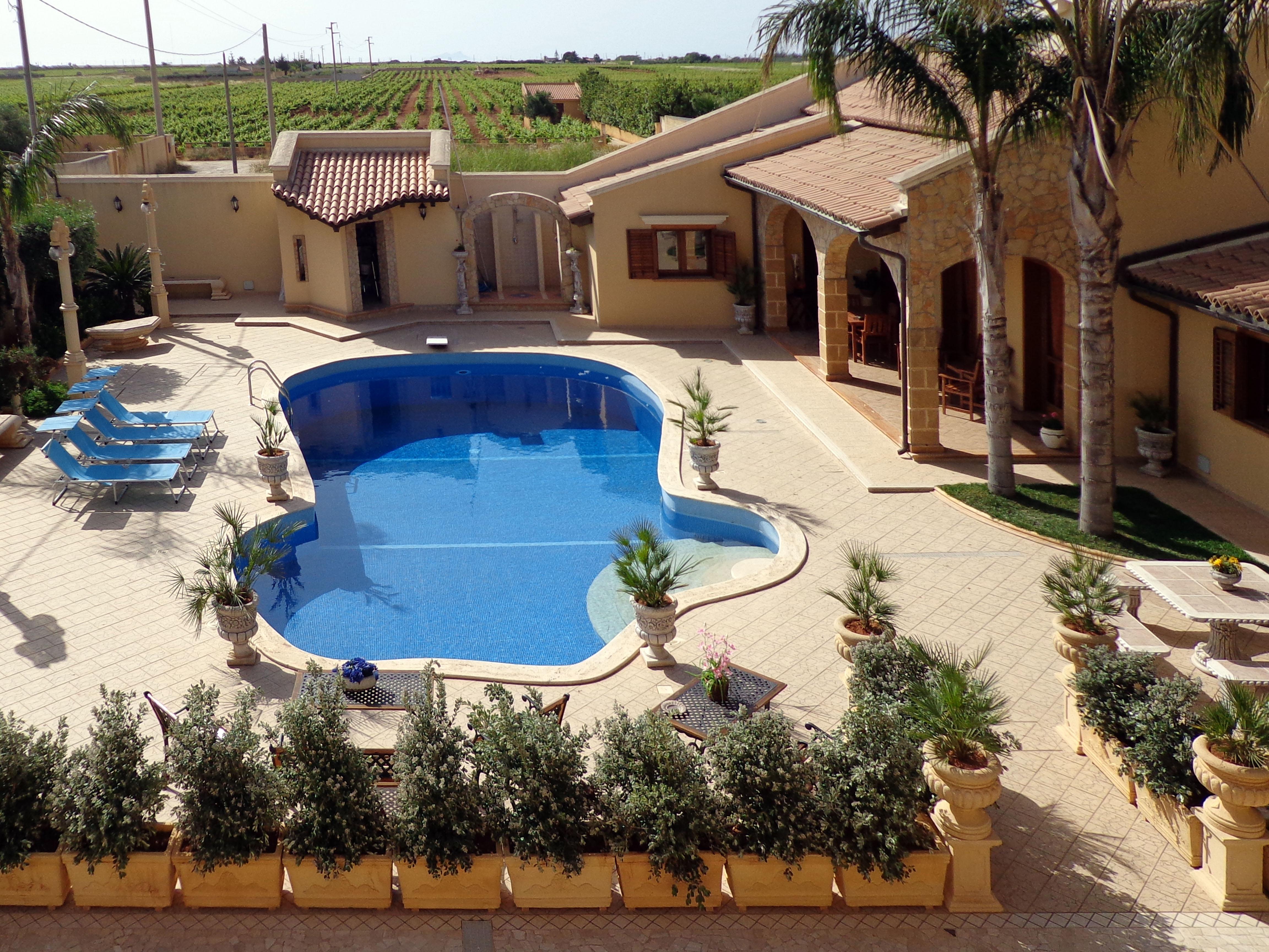 Affittasi location villa margherita lusso con piscina miragu for Piscina di lusso