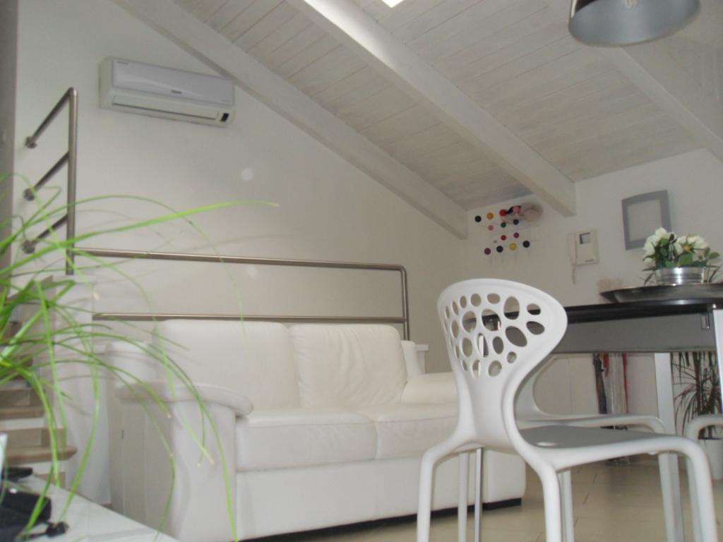 Affittasi location mansarda miragu for Mansarda in legno bianco