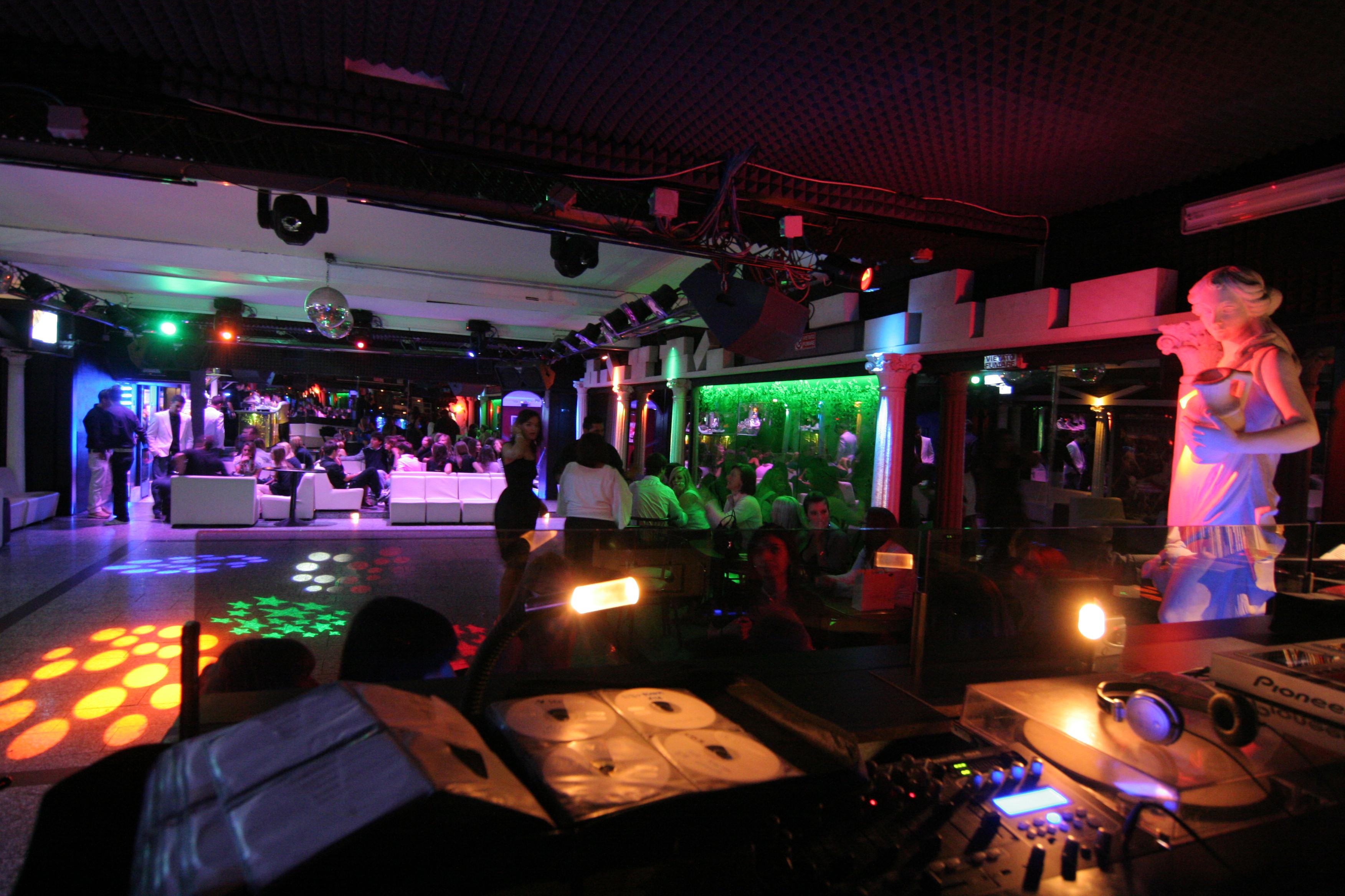 Affittasi location locations loft capannoni per piccoli e for Arredamento discoteca