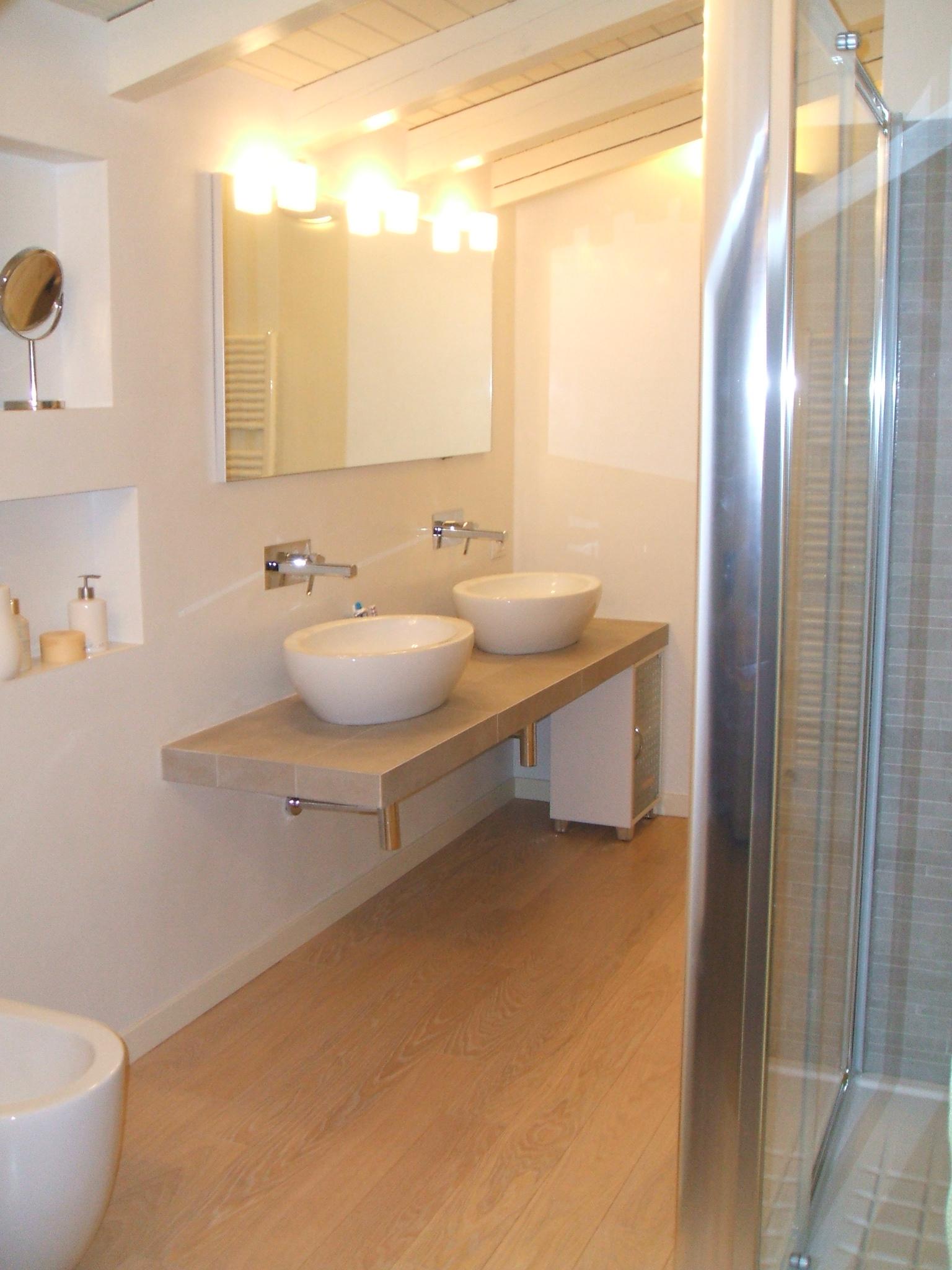 Affittasi location villa bregnano miragu - Rubinetti bianchi per bagno ...