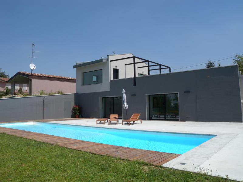 giardino con piscina design esterni : Villa di design minimalista. Linee pulite e semplici.